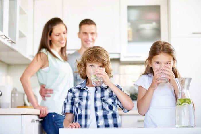 семья пьет воду с утра